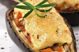 Баклажаны с курицей, запечённые под сыром