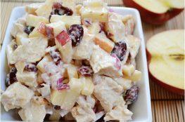 Куриный салат с яблоками и клюквой