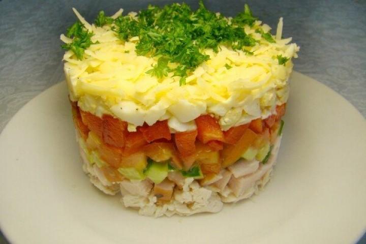 Салат «Вкусняшка» с ветчиной и курицей
