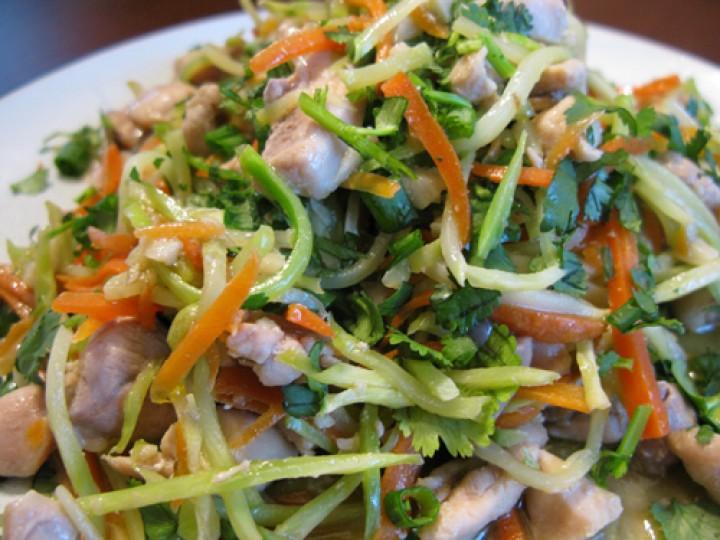 Изысканный горячий салат с курицей, овощами и шампиньонами