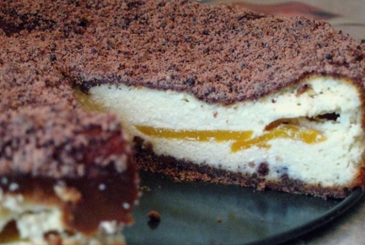 Шоколадно-творожный пирог с персиками