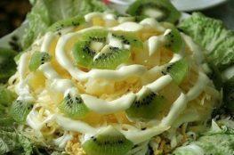 Слоёный салат с курицей, грибами и ананасами