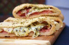 Стромболли с двумя видами сыра и ветчиной