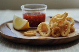 Кольца кальмаров в кляре с остро-сладким соусом