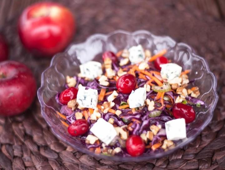 Красный овощной салат с орехами, сыром и яблоком