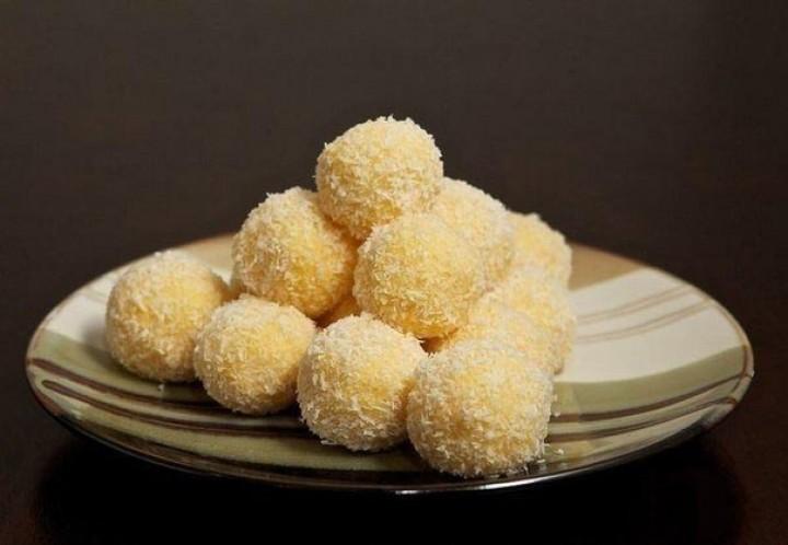 Нежные сырные шарики в кокосовой стружке