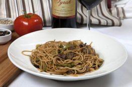 Спагетти с грибами в соевом соусе