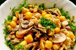 Тёплый салат из шампиньонов и кукурузы с сыром