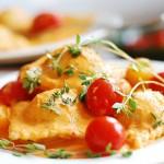 Равиоли со шпинатом и рикоттой в сливочном соусе с беконом