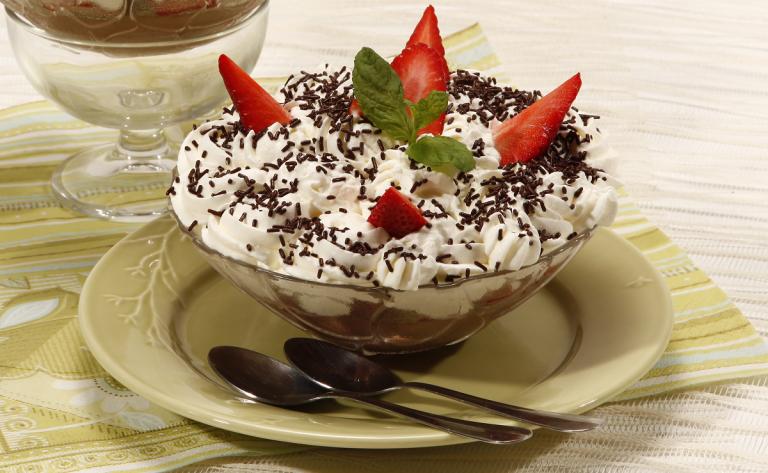 Легкий крем с клубникой и шоколадом