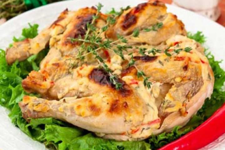 Цыпленок табака, запеченный под кремом Филадельфии, чеснока, перца и тимьяна