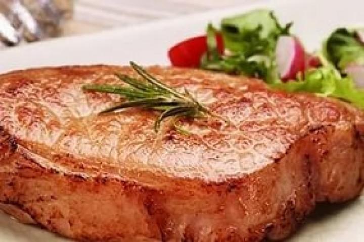 Отбивные со свинины в мягкой панировке со сливочно-грушевым соусом