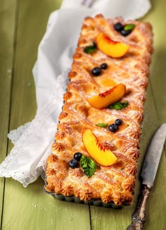 Tart with peaches and custard