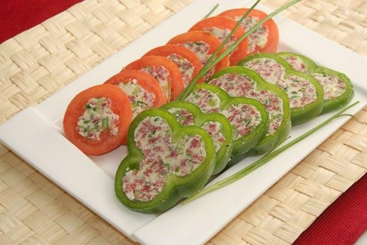 Peppers stuffed with cheese and pistachios