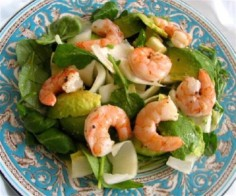 Salad with shrimps, arugula and orange dressing