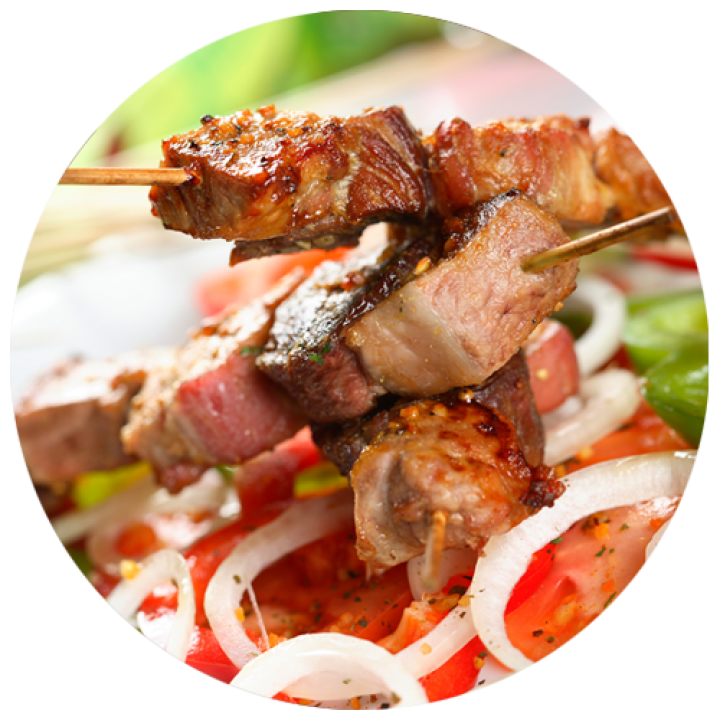 Класичний шашлик зі свинини з соусом «сацебелі» і салатом з овочів гриль