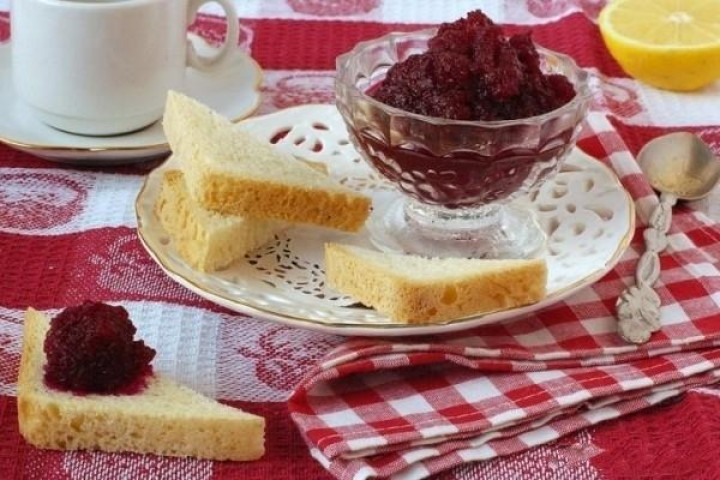 Beetroot jam with lemon and mint